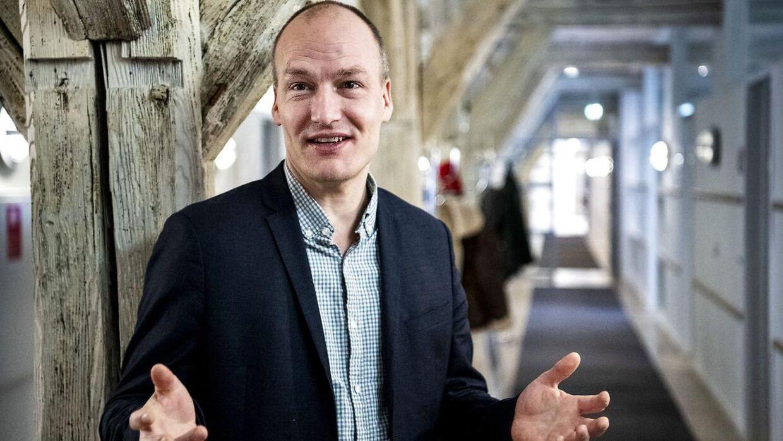 Pelle Dragsted, Enhedslisten, har kontor i Proviantgården, hvor der er langt til Finansministeriet. Men ikke længere end, at han kan forpurre ministerens planer.