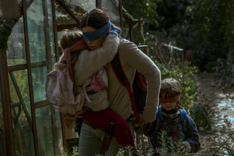 Hvis du ser monstrene, dør du. Derfor har Sandra Bullock og børnene bind for øjnene i Netflix-hittet 'Bird Box'