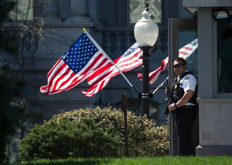 Det essentielle sikkerhedspersonale i Det Hvide Hus er stadig på arbejde. Men så længe krisen varer, får mange ikke løn.