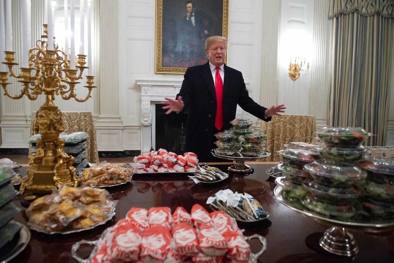 Donald Trump byder velkommen til festmåltid i Det Hvide Hus, Big Macs og pommes frittes.