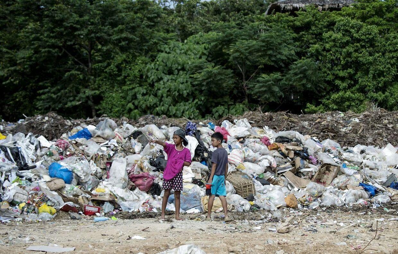 Sidste år lukkede den populære Fillippinske ferieø Boracay i seks måneder, da den ifølge borgmesteren var ved at »drukne i skrald«. På samme måde findes der skraldesæson på flere tropiske øer rundt i verden, når strømmen sender plastik rundt fra ø til ø.