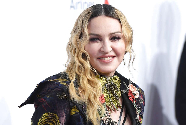 Madonna med sin klassiske frisure.