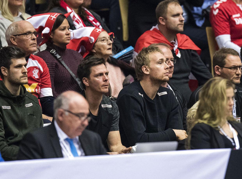 Rene Toft så til fra tilskuerpladserne sammen med en anden landsholdsspiller Hans Lindberg, da Danmark lørdag spillede mod Ungarn.