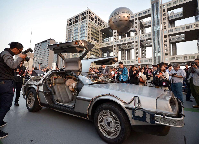 Bilen på billedet er en kopi af tidsmaskinen fra 'Tilbage til fremtiden', som er en modificeret DeLorean.