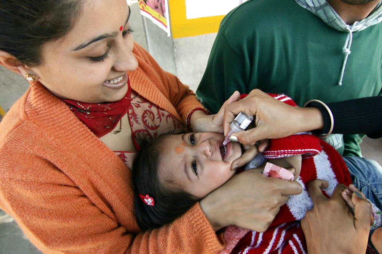 Bill Gates støtter blandt andet The Global Polio Eradication Initiative, der forsøger at nedkæmpe polio. Her får en indisk pige behandling af GPEI.