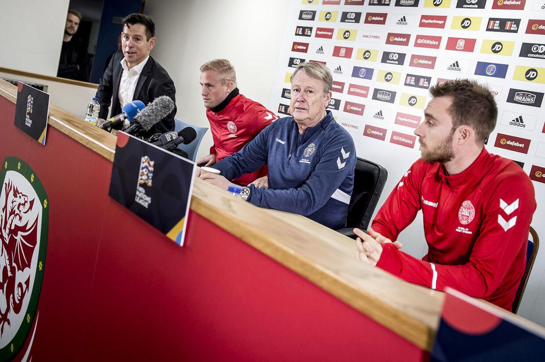 Christian Eriksen i selskab med Kasper Schmeichel og Åge Hareide under et pressemøde.