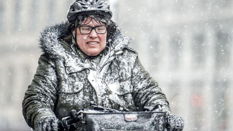 Der er mere sne på vej i weekenden. Billedet er fra København mandag, hvor cyklisterne kæmpede sig gennem snebygerne.