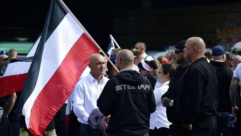 Arkivfoto fra 2017. Nynazister og moddemonstranter er på gaden i Berlin-forstaden Spandau i anledning af 30-års-dagen for nazisten Rudolf Hess' død. Med sig havde de medbragt bannere, hvor der stod: 'Jeg fortryder intet'.