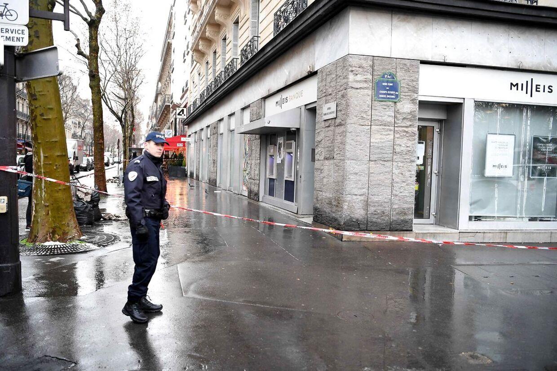 Fransk politi har spærret gaden af for gående, da de har opdaget, hvad der er foregået.