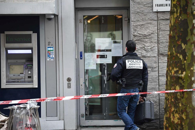 En betjent er på vej ind i banken.