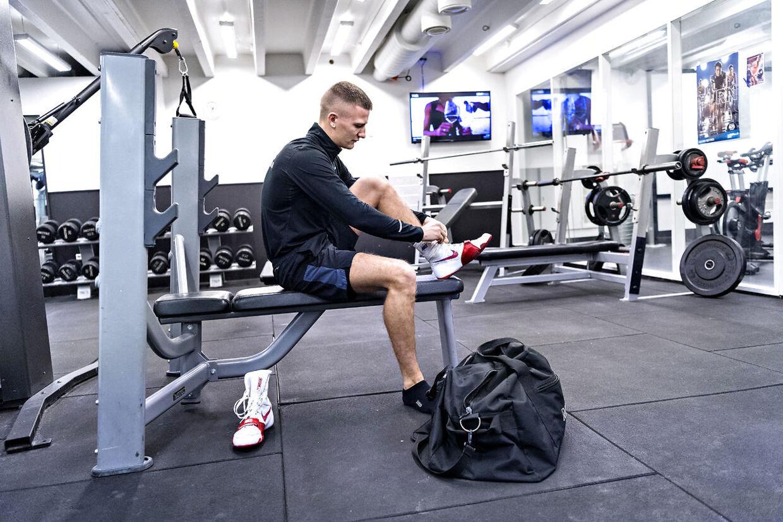 Oliver Meng i det lokale fitnesscenter, der lige nu både bliver brugt til styrke- og boksetræning.