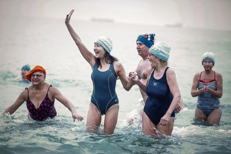 Det var klokken 8.30 om morgenen fredag 25. januar, de badeglade gæster hoppede i vandet. Her holder grevinden formand for vinterbaderfestivallen, mette Hust i hånden. (Foto: Claus Bjørn Larsen/Ritzau Scanpix)