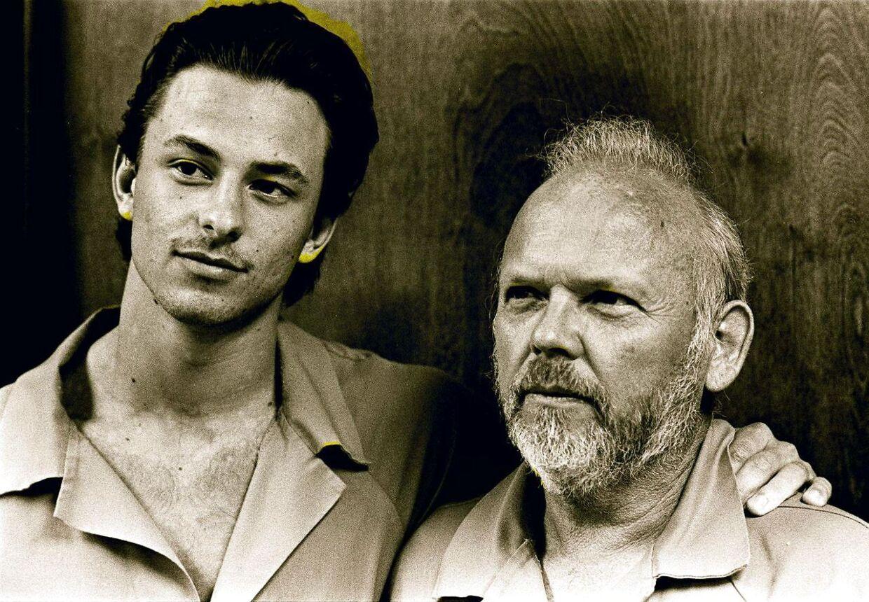 Ældre foto af Peter Lundin sammen med sin far Ole.