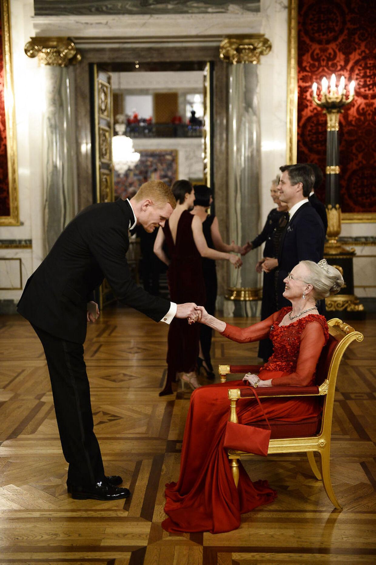 Peter Plaugborg hilser på Dronningen under et aftenselskab for kunst og kultur på Christiansborg Slot i 2016.
