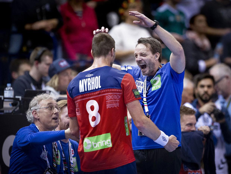 Træner Christian Berge Skjern-spiller Bjarte Myrholjubler over sejren over Tyskland.