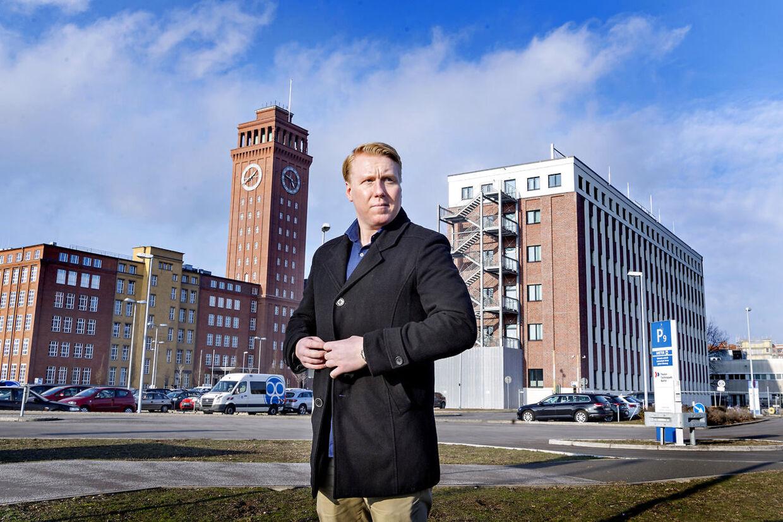 Mads Dinesen foran bygningen, hvor han var ansat til at moderere dansk indhold på Facebook.