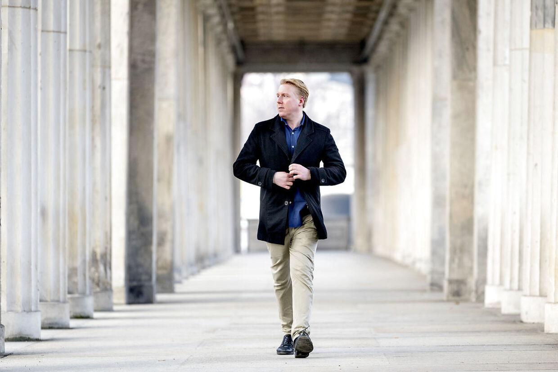 Den bedrageridømte Mads 'Champagnedrengen' Dinesen bor i Berlin og har arbejdet som Facebook-moderator.
