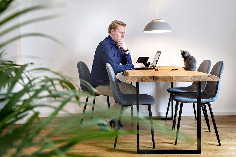 Mads Dinesen i sin lejlighed i Berlin.