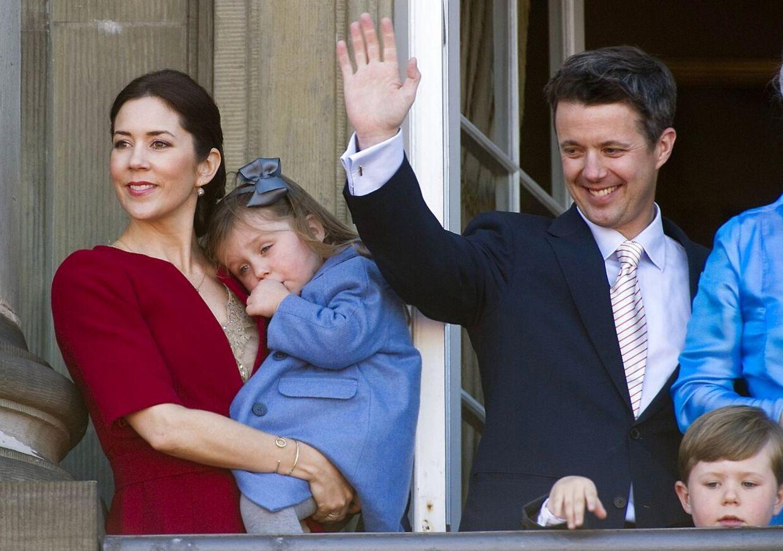 Den danske kongelige famlie på balkonen på Amalienborg ved fejringen af dronning Margrethes 70 års fødselsdag. Her var prinsessen mere tilbageholdende.