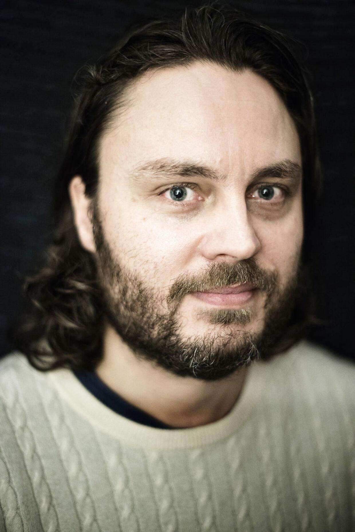 Per Brændgaard har udviklet krammemeditation. Fotograferet i sin lejlighed med journalist Jens Mouvielle som meditationsmakker fredag den 30. oktober 2015.