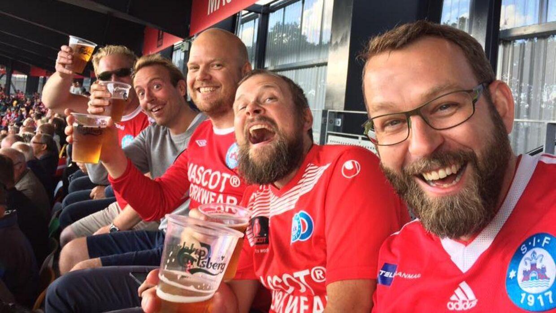 En gruppe Silkeborg-fans, der kalder sig 'De rød-hvide gutter på den billige langside', har skrevet flere læserbreve til Lars Larsen i Midtjyllands Avis.