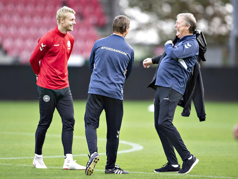 Danmarks landstræner Åge Hareide, assistenttræner Jon Dahl Tomasson og anfører Simon Kjær ved fodboldlandsholdets træning på MCH Arena i Herning, mandag 15. oktober 2018.