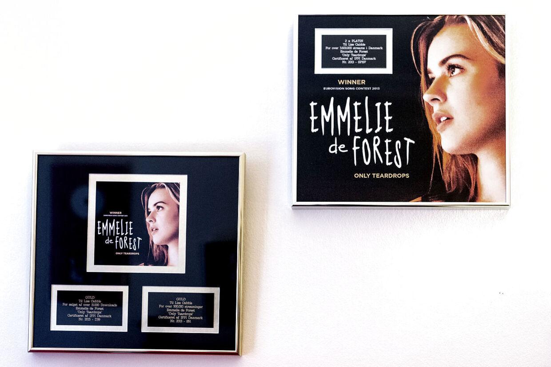 På væggen i Lise Cabbles studie hænger - blandt andre priser - guld- og platinpladerne med sangen 'Only Teardrops', som vandt Eurovision i 2013.