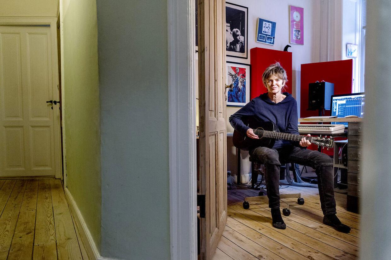 Lise Cabble i sit studie hjemme på Frederiksberg.