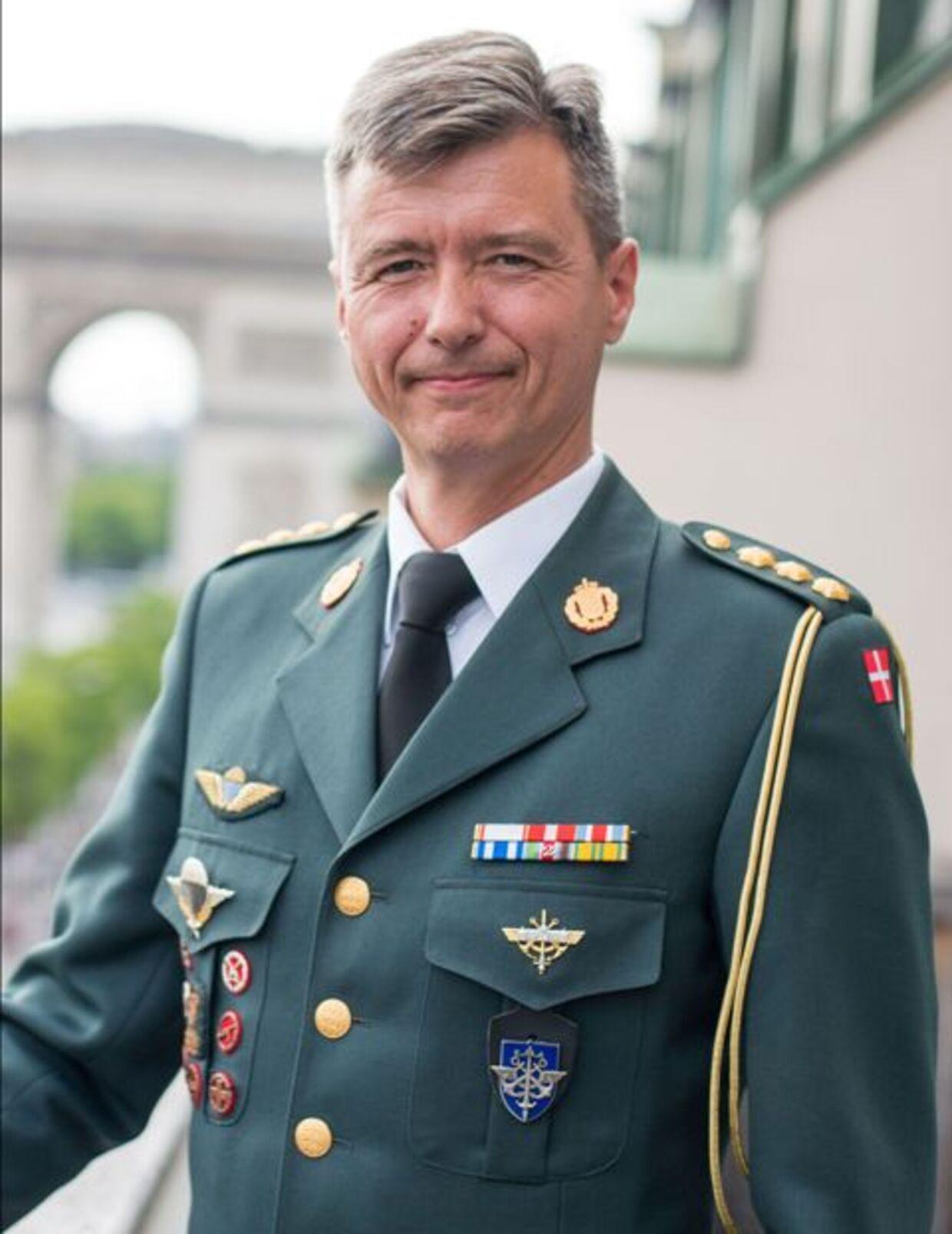 Командир полка Гардехус в Слагельсе полковник Йенс Оле Россен-Йоргенсен сам посещал Военную школу в Париже, где он получил образование IHEDN (Департамент высших исследований национальной обороны).