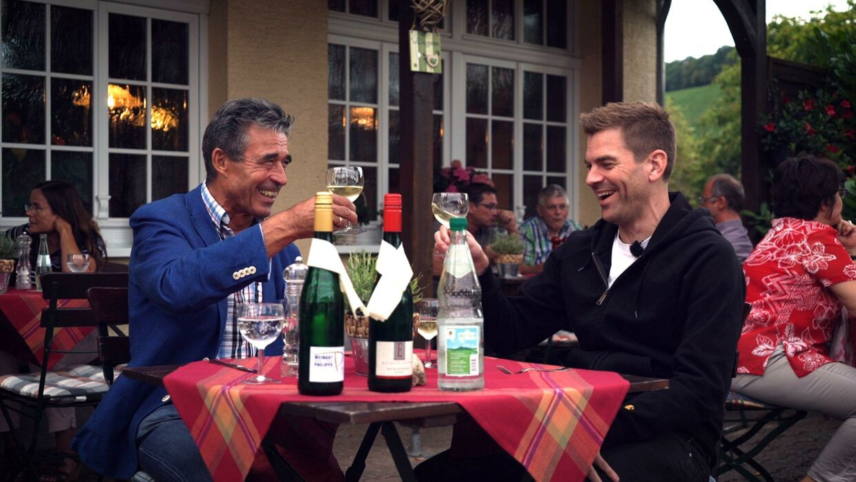 Anders Fogh Rasmussen og Morten Brink Iwersen taler vin og politik på deres rejse gennem Europa i 'Skål for Europa' på DR 2.