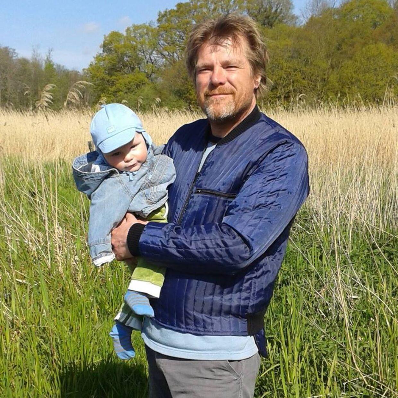 Gorm Lundshøj med sin yngste søn på armen.