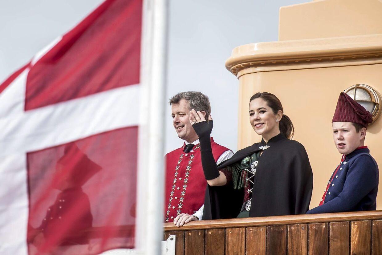 Kronprins Frederik, kronprinsesse Mary og prins Christian ankommer med Dannebrog til havnen ved Bakkafrost i forbindelse med deres besøg på Færøerne i august 2018. (Foto: Mads Claus Rasmussen/Ritzau Scanpix)