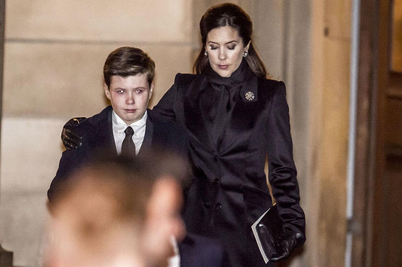 2018 blev også året, hvor kongefamilien mistede prins Henrik. Prins Christian blev fulgt ud af Christiansborg Slotskirke af sin mor, kronprinsesse Mary. (Foto: Mads Claus Rasmussen/Scanpix 2018)