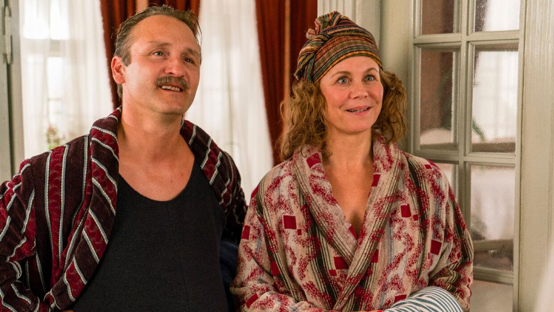 Grosserer Madsen (Lars Ranthe) og fru. Madsen (Anne Louise Hassing).