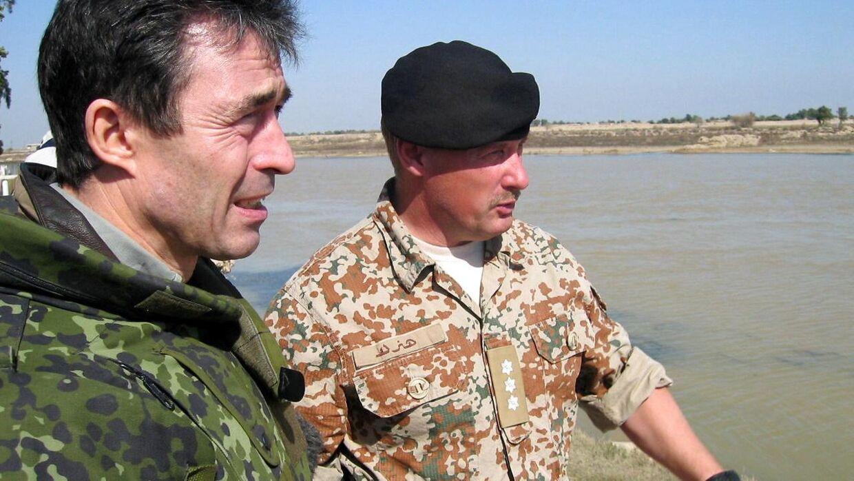 (ARKIV) Statsminister Anders Fogh Rasmussen (V) besøger de danske styrker i Irak søndag 1. februar 2004. Udredningen om baggrunden for Danmarks militære engagement i Kosovo, Irak og Afghanistan bliver fremlagt tirsdag. Ritzau udsender en optakt forud for præsentationen. Det skriver Ritzau, mandag den 4. februar 2019. (Foto: Atef Hassan/Ritzau Scanpix)