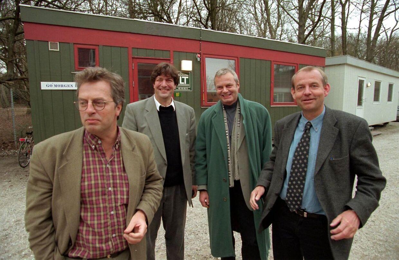 Her ses Ole Stephensen sammen med sin bror Erik Stephensen, Jarl Friis Mikkelsen og Jørgen Koldbæk foran Skandinavisk Film Kompagnis skurvogne i Lyngby i marts 1997.