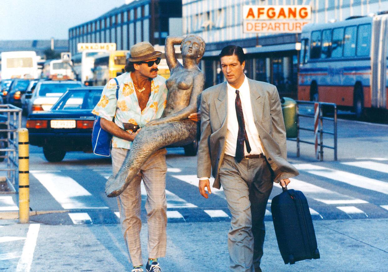 Ole Stephensen fik sin filmdebut i 1985 i rollen som den naive steward Walter i filmen 'Walter og Carlo - op på fars hat'. I alt blev det til tre film om de umage makkepar. Billedet her er fra filmen 'Walter og Carlo i Amerika' fra 1989.