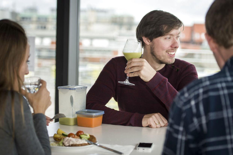 I 2015 prøvede journalist Thomas Conradsen fra Berlingske en uges juicekur som et forsøg til en artikel om trenden. Her ses han til frokost i Berlingskes kantine.