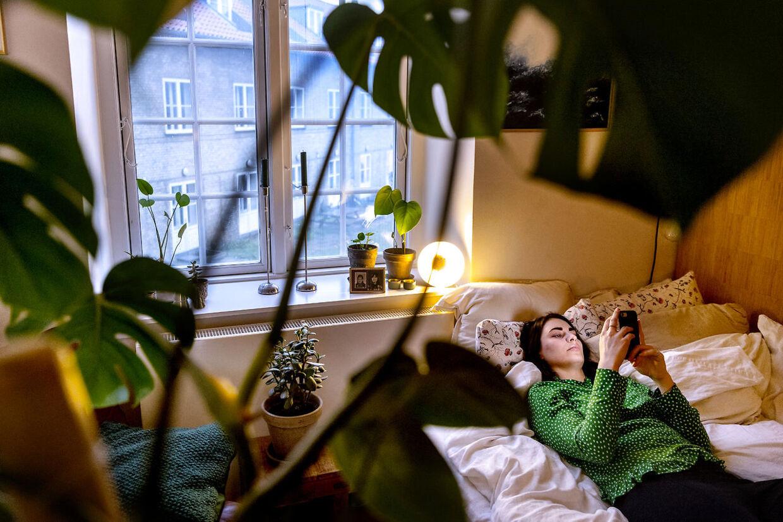 Berdien B. E. van der Donk, en 26-årig jurastuderende, har besluttet, at hun vil have fjernet sine bryster, da en undersøgelse viser, at hun har høj risiko for at få brystkræft. Her er hun fotograferet på sit kollegieværelse i København.