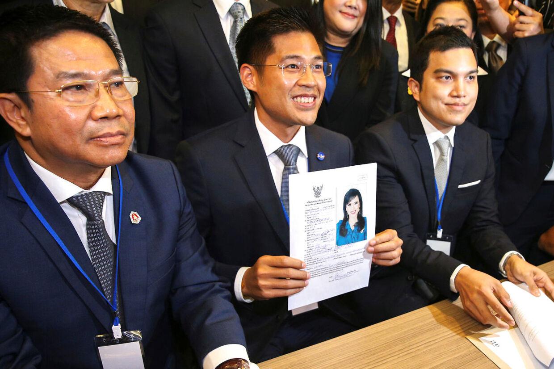 Den thailandske konges søster vil være premierminister. Men det bliver ikke med kongens gode vilje. På billedet ses partileder Thai Raksa Chart med et foto af den 67-årige prinsesses kandidatur. 8. Februar i Bangkok, Thailand.