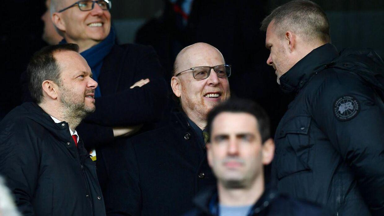 Manchester Uniteds ejer Avram Glazer (i midten) var på besøg på Old Trafford under lørdagens kamp mod Fulham.