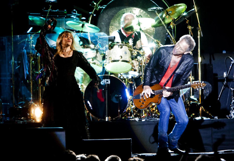 Eks-kæresterne Stevie Nicks og Lindsay Buckingham optræder i Parken i 2009.