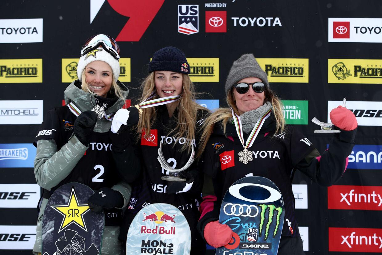 17-årige Zoi Sadowski-Synnott (i midten) fik VM-guld, selv om hun var for skadet til at deltage i finalen. Ezra Shaw/Ritzau Scanpix