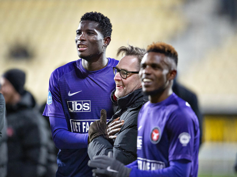 FC Midtjyllands Paul Onoachu og Claus Steinlein efter sejren i Superliga-kampen mellem AC Horsens og FC Midtjylland på Casa Arena i Horsens, søndag den 16. december 2018.
