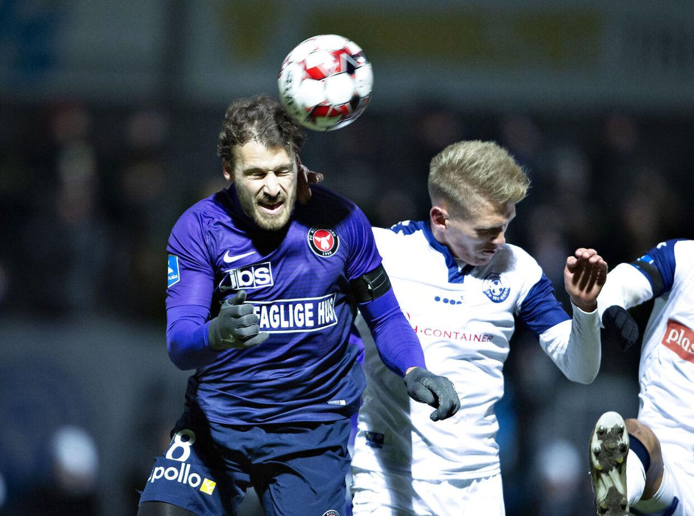 FC Midtjyllands Erik Sviatchenko mod Vendsyssels Søren Henriksen i mandag aftens Superliga-kamp.