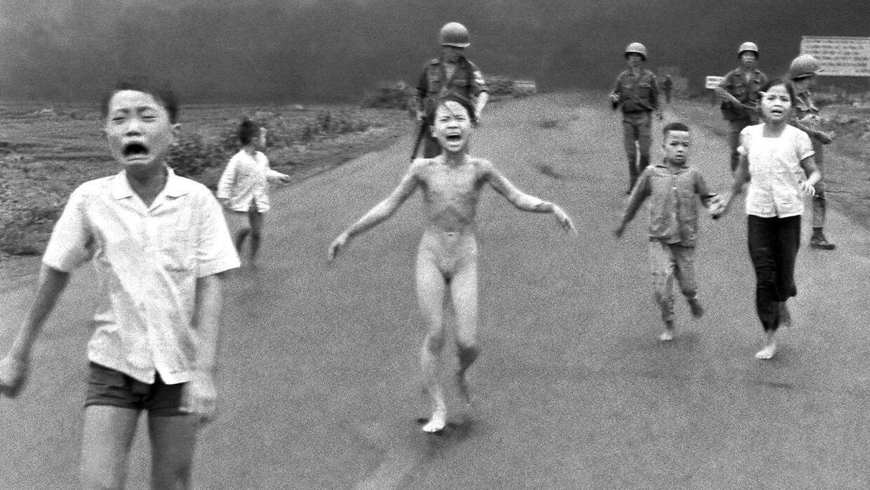 Kim Phuc har flået sit brændende tøj af og flygter fra landsbyen, efter den er blevet ramt af en luftangreb.