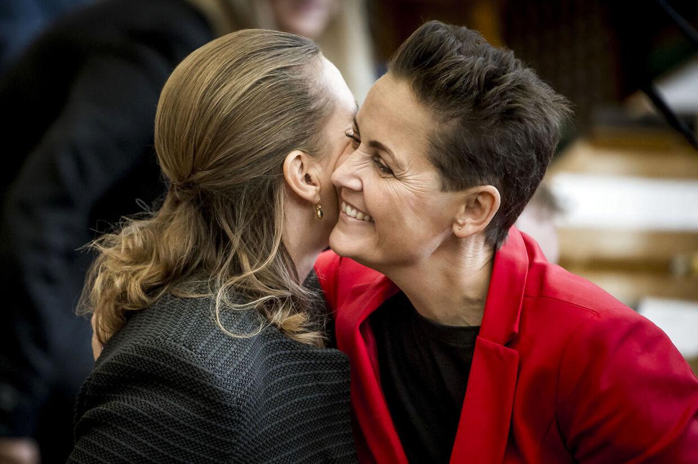 Mette Frederiksen (S) og Pia Olsen Dyhr (SF) under Folketingets åbningsdebat i folketingssalen på Christiansborg. SF kræver, at Mette Frederiksen prøver at danne en flerparti-regering