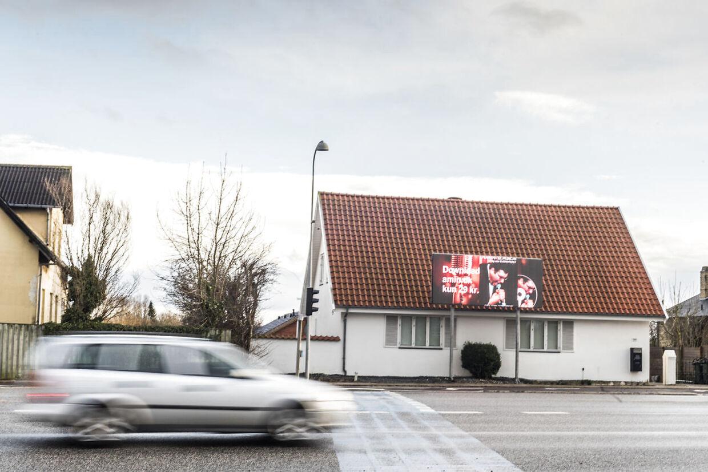 Amin Jensen har sat et billboard op ved sit hus ud til Gammel Køge Landevej i Hvidovre. Reklameskærmen har givet anledning til to års tovtrækkeri med Hvidovre Kommune og politiet.