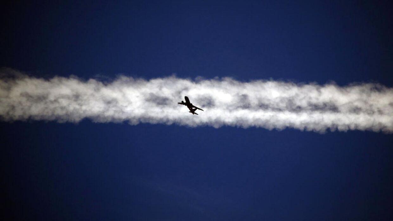 Udover CO2-udledningen er flyrejser med deres jetstriber - det synlige spor på himlen, som flyet trækker efter sig - med til at bidrage til den gloabale opvarmning. Jetstriberne dannes, når flyenes udstødning får den kolde luft til at kondensere. Det påvirker skydannelsen højt oppe i atmosfæren.
