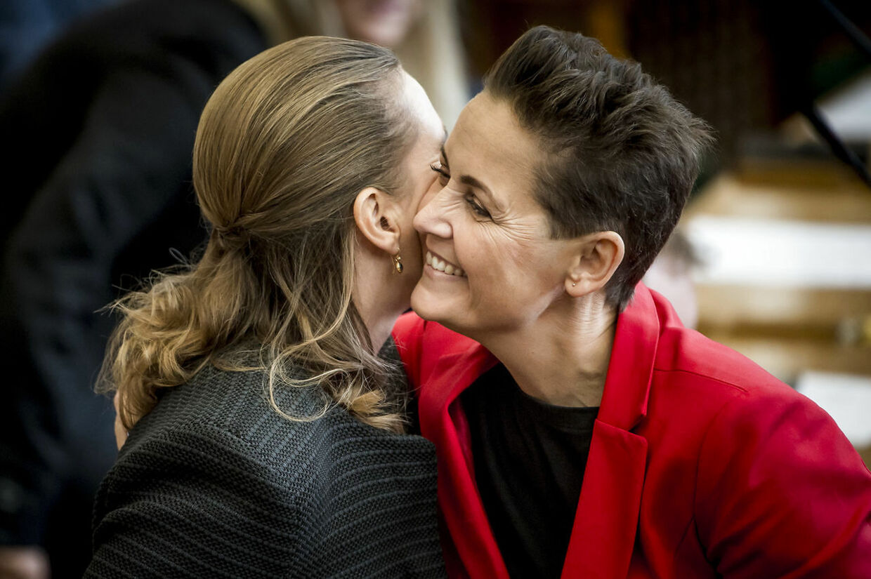 Mette Frederiksen (S) og Pia Olsen Dyhr (SF) giver hinanden en krammer. Røde kvindelige partiledere er in.